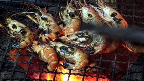 Rode die garnaal bij de grill als straatvoedsel wordt geroosterd in Bangkok, Thailand stock videobeelden