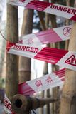 Rode die gevaarsband rond bamboe wordt verpakt Stock Afbeelding