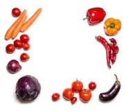 Rode die groenten op witte hoogste mening worden geïsoleerd Plantaardige kader of achtergrond Royalty-vrije Stock Foto's