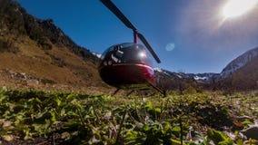 Rode die helikoptertribunes in de bergen op de weide worden geparkeerd stock video