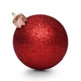 Rode die Kerstmisbal op witte achtergrond wordt geïsoleerd Royalty-vrije Stock Afbeeldingen