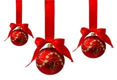 Rode die Kerstmisballen met lint op een wit wordt geïsoleerd Royalty-vrije Stock Afbeelding