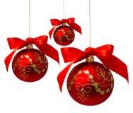 Rode die Kerstmisballen met lint op een wit wordt geïsoleerd Stock Afbeelding