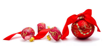 Rode die Kerstmisballen met lint op een wit wordt geïsoleerd Stock Fotografie