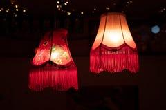 Rode die lampen voor Kerstmisdecoratie worden aangestoken royalty-vrije stock foto's