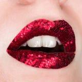 Rode die lippen met fonkelingen worden behandeld Mooie vrouw met rode lippenstift op haar lippen, open mond, conceptenschoonheids royalty-vrije stock foto