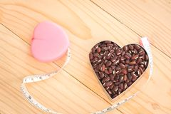 Rode die Nierboon in hart met Meetlint wordt gevormd stock afbeelding
