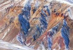 Rode die rotsen met sneeuw i worden behandeld Stock Foto