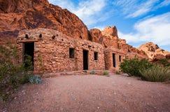 Rode die rotsen worden gebruikt om schuilplaats in woestijn te vormen Stock Foto