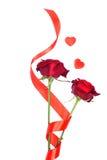 Rode die rozen met harten voor Valentine op een witte backgrou wordt geïsoleerd Stock Foto's