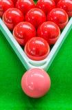 Rode die snookerballen in driehoekskader en één roze bal op bovenkant worden geplaatst Stock Afbeeldingen