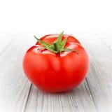 Rode die tomaat op hout wordt geïsoleerd Stock Foto's