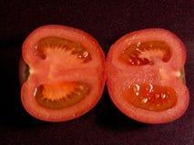 Rode die tomaat in twee delen wordt gesneden Royalty-vrije Stock Afbeeldingen