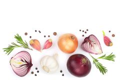Rode die uien, knoflook met rozemarijn en peperbollen op een witte achtergrond met exemplaarruimte worden geïsoleerd voor uw teks Stock Foto