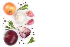 Rode die uien, knoflook met rozemarijn en peperbollen op een witte achtergrond met exemplaarruimte worden geïsoleerd voor uw teks Stock Fotografie
