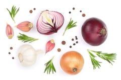 Rode die uien, knoflook met rozemarijn en peperbollen op een witte achtergrond worden geïsoleerd Hoogste mening Vlak leg Stock Fotografie