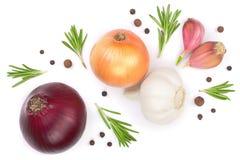 Rode die uien, knoflook met rozemarijn en peperbollen op een witte achtergrond worden geïsoleerd Hoogste mening Vlak leg Royalty-vrije Stock Fotografie