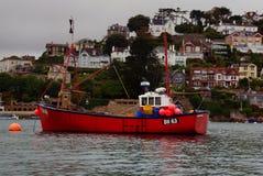 Rode die vissersboot op Rivierpijltje wordt vastgelegd stock foto's