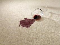 Rode die wijn op tapijt wordt gemorst Stock Foto's