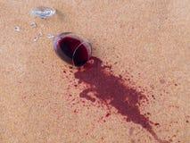 Rode die wijn op woltapijt wordt gelaten vallen royalty-vrije stock afbeeldingen