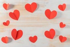 Rode document harten op houten achtergrond Royalty-vrije Stock Foto's