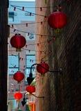 Rode document lantaarns en bakstenen muren in Chinatown - 3 Stock Fotografie