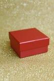 Rode doos en achtergrond in goud met sterren Royalty-vrije Stock Foto's