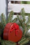 Rode doos met een gift Gemaakt in de vorm van een hart royalty-vrije stock foto