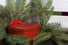 Rode doos met een gift Gemaakt in de vorm van een hart royalty-vrije stock fotografie