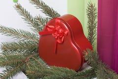 Rode doos met een gift Gemaakt in de vorm van een hart royalty-vrije stock afbeeldingen