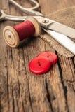 Rode draad met knopen en schaar Stock Afbeelding