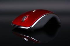 Rode draadloze muis op dark die op achtergrond wijzen Stock Foto