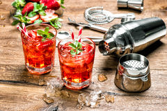 Rode drank met ijs Cocktail die barhulpmiddelen maken Stock Foto's