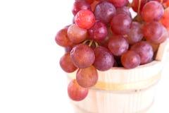 Rode druiven in een rustieke houten emmer Royalty-vrije Stock Afbeelding