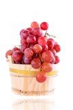 Rode druiven in een rustieke houten emmer Royalty-vrije Stock Afbeeldingen
