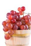 Rode druiven in een rustieke houten emmer Stock Foto's