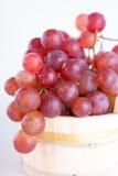 Rode druiven in een rustieke houten emmer Stock Fotografie