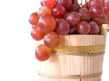 Rode druiven in een rustieke houten emmer Stock Afbeeldingen