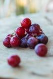 Rode Druiven op een houten lijst Stock Afbeelding