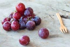 Rode Druiven op een houten lijst Royalty-vrije Stock Afbeelding