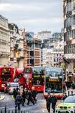 Rode dubbele dekbussen in de opstopping in Londen Stock Foto