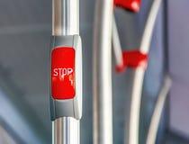 Rode eindeknoop op de metaalleuning van een bus stock foto's