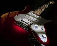 Rode elektrische gitaar op een zwarte achtergrond Royalty-vrije Stock Foto