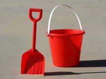 Rode emmer en spade Royalty-vrije Stock Afbeelding