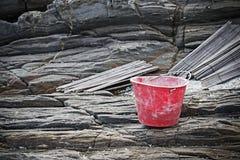 Rode emmer op de rotsen royalty-vrije stock foto