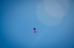 Rode en blauwe ballons in de hemel Royalty-vrije Stock Foto