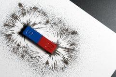Rode en blauwe barmagneet of fysica magnetisch met ijzerpoeder mag royalty-vrije stock fotografie