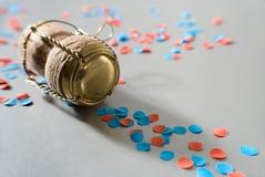 Rode en blauwe confettien met campagnecork Stock Afbeelding