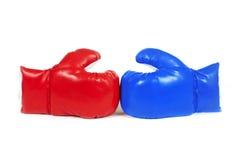 Rode en blauwe in dozen doende leerhandschoenen. stock afbeeldingen