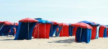 Rode en blauwe parasols Royalty-vrije Stock Foto